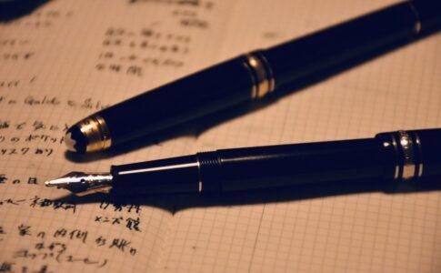 ノートの上に万年筆