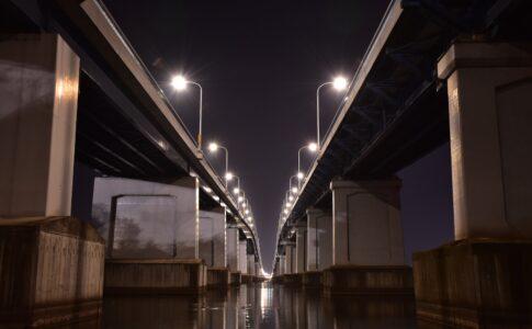 琵琶湖大橋を見上げる